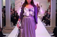 Esthers Jacke ist von Adddress, der Rock von C'est tout, das Batik-Top von Bloom. Armbänder: Bijou Brigitte. Schuhe: Paco Gil.