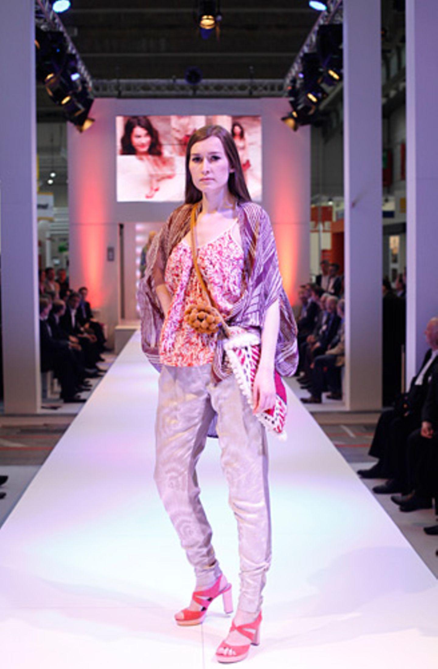 Großstadt-Indianerin: Stefanie trägt ein Mustertop und eine Strickjacke von Selected Femme, dazu eine Hose von Barre Noire. Tasche: Mina Vatter, Schuhe: Vic Matié.