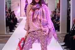 Coras Ethno-Outfit: Shirt von Selected Femme (gesehen bei TK Maxx), Hose von Custo. Tuch: Pepe Jeans. Kette: Antik Batik. Schuhe: Pring.