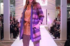Zum Cardigan von Barre Noire trägt Annika ein Top von 0039 Italy (gesehen bei TK Maxx), eine Hose von Zara und Schuhe von Vic Matié.