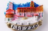 """Wer ist die Schönste im ganzen Land? Schwer zu sagen, aber die Piazza Grande in Arezzo - hier in piccolo für meinen Kühlschrank - gehört zu den Favoriten. Roberto Benigni drehte hier seinen Film """"Das Leben ist schön"""", auf seiner Piazza, in seinem Arezzo und vermachte seiner Heimat damit einen Oskar. Selbst der Barista aus dem Café """"La Dolce Vita"""" an der Piazza Grande spielte als Komparse mit: """"... bin sozusagen Oskarpreisträger!"""" Was sich Dora, Guido und ihr kleiner Sohn Giosuè auf der Piazza Grande zu sagen hatten, kann man auf Schildern wie in einem Fotoroman nachlesen und ihnen zu anderen Drehorten durch Arezzo folgen. Ein filmreifer Stadtrundgang - ziemlich schön!"""