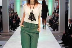 Marlenes weite grüne Hose ist von Hallhuber. Bluse: Vero Moda. Kette: Monies. Schuhe: Vic Matié.