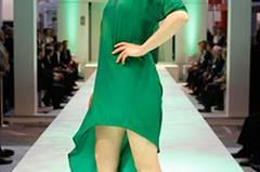 Grün trifft Schwarz: Sybille in einem Kleid von Nelly, dazu Stiefeletten von Pedro Garcia und Ohrringe von Monies.