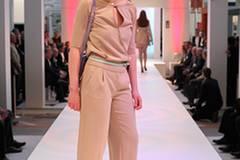 Theresa zeigt einen lässigen Business-Look: Overall von Blacky Dress, mintfarbener Gürtel von Closed, Tasche von Aigner, pastellgelbe Schuhe von Piazza Semione.