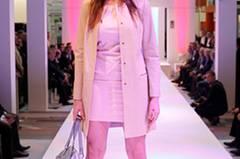 Annika trägt zum kragenlosen Mantel von Stills ein hellrosafarbenes Minikleid von Lusia Cerano (gesehen bei TK Maxx). Tasche: Picard. Schuhe: Vic Matié.