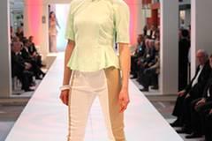 Patricia trägt eine zweifarbige Hose von H&M. Die mintfarbene Bluse ist ebenfalls von H&M. Armreifen: S.T.A.M.P.S. Schuhe: Guess.