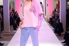 Lisa-Marie in einer Kombi aus lässiger Hose (Sack's) und Top (H&M). Armreif: Armreifen: S.T.A.M.P.S. Schuhe: Vic Matié.