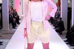 Lucias Look: Hellgelbe Shorts von Very by Vero Moda, Top von H&M, Blazer von French Connection. Tasche: Holly Golightly. Schuhe: Sportmax.