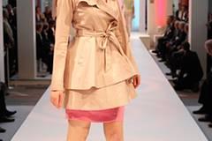Unter dem Trenchcoat von Tibi Stefanie trägt Stefanie ein himbeerfarbenes Kleid von Blacky Dress. Schuhe: Alberto Fermani.