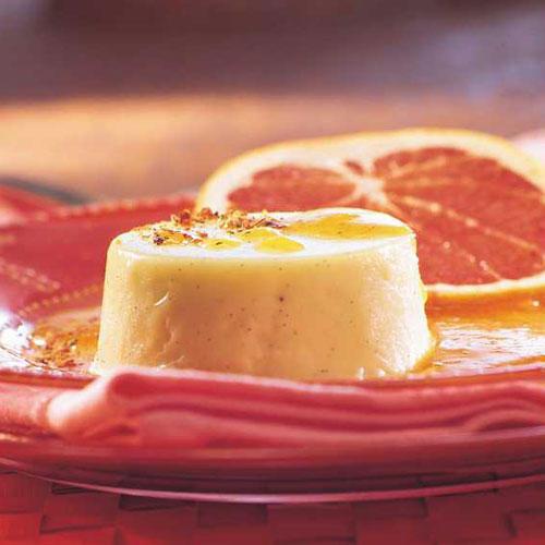 Panna Cotta mit Gewürz-Karamell und rosa Grapefruit