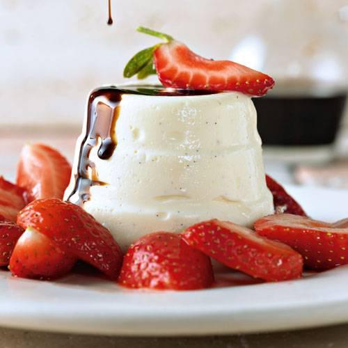 Panna Cotta mit frischen Erdbeeren und altem Balsamico