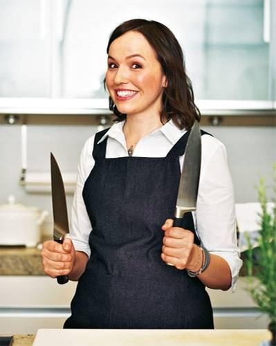 """Saisonküche: Zu Hause hat Christina Pfister Messer im Wert eines Gebrauchtwagens, und nachts träumt sie vom Kochen. Mit ihrem Blog """"New Kitch on the Blog"""" gewann die 30-Jährige aus Darmstadt 2011 den BRIGITTE-Food-Blog-Award. Die köstlichen Frühlingsrezepte hat sie gemeinsam mit dem BRIGITTE-Team entwickelt und gekocht."""