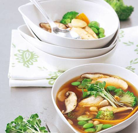 Die asiatische Gemüsesuppe macht wieder fit: Miso lindert Magenbeschwerden, Rettich Husten, obendrein liefern Gemüse und Nüsse wichtige Vitamine, ungesättigte Fettsäuren und Mineralien wie Zink (beugt Erkältungen vor!) und Eisen. Zum Rezept: Asiatische Gemüsesuppe