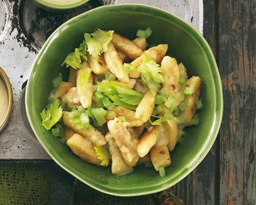 Abwechslung gefällig? Bitte schön: Diese Gnocchi sind solo ganz was Feines - und gebraten, mit Vinaigrette und Blättergrün, sowieso.  Zum Rezept: Sellerie-Gnocchi