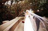 Die anschließenden Hochzeitsfotos führen das frisch getraute Paar auf eine Brücke.