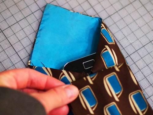 Smartphone auf Krawatte legen