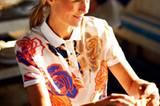 Poloshirt mit Vorderteil aus Seide und großen Pop-Art-Blumen von Fred Perry by Richard Nicoll, ca. 200 Euro. Chinohose mit Doppelschlaufen von Brax, ca. 100 Euro. Gürtel: Lloyd.