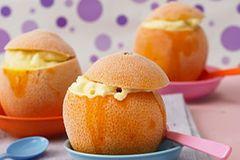 Für unser Orangeneis in der Orange braucht ihr keine Eismaschine - die Eismasse gefriert in ausgehöhlten Orangen. Zum Rezept: Orangeneis in der Orange