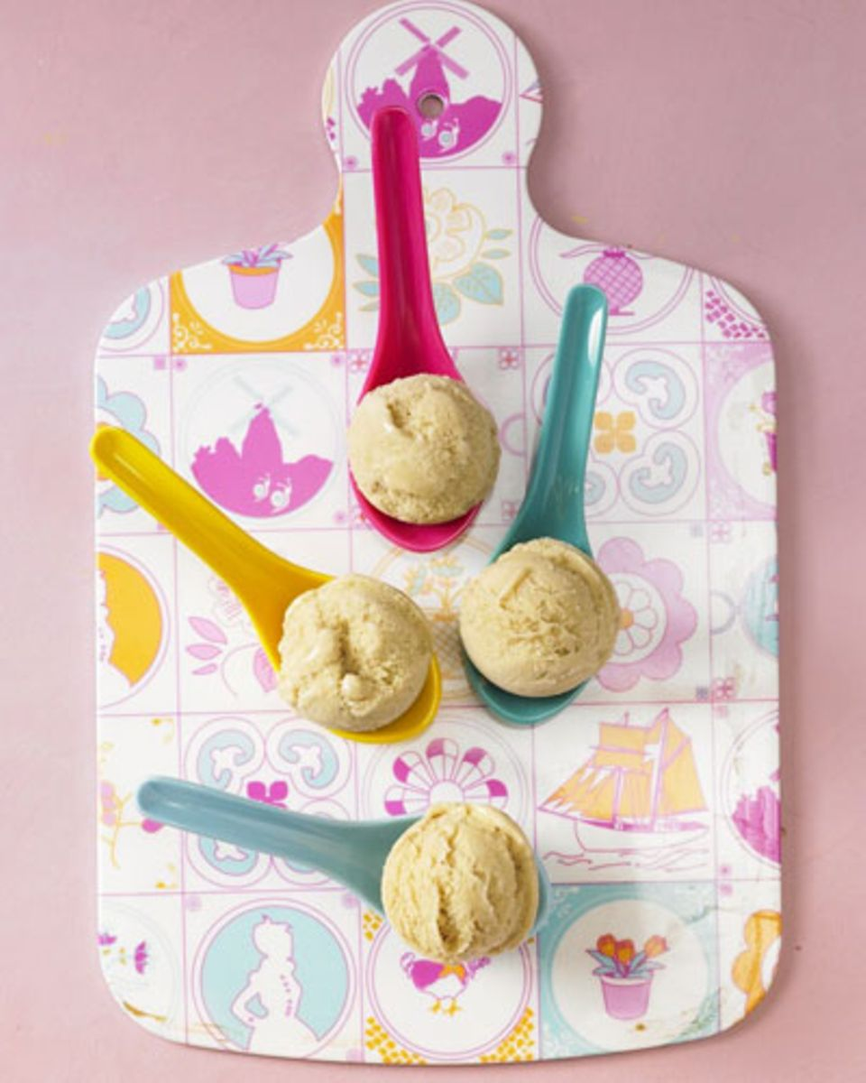 Wer keine Laktose verträgt, hat es beim Thema Eis oft schwer. Die Rettung: unser Banane-Soja-Eis - das schmeckt nämlich nicht nach Verzicht und Schonkost, sondern einfach nur unwiderstehlich. Je nach Lust und Laune mit Vanille- oder Schoko-Geschmack, aber immer mit vielen, vielen reifen Bananen. Zum Rezept: Soja-Bananen-Eis