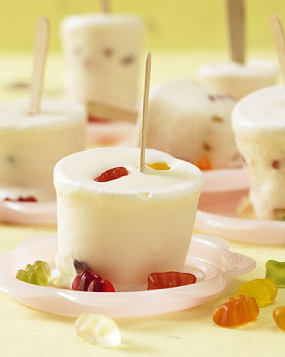 Dieses Eis ist der Hit auf jedem Kindergeburtstag! Gefrorene Gummibärchen und cremiges Milcheis, das Ganze am praktischen Holstiel - so macht ihr eure Kinder glücklich. Zum Rezept: Gummibärchen-Eis