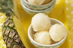 Ananas-Fruchtfleisch, Orangensaft und Zitronensaft - beim Ananas-Sorbet spielen Früchte die Hauptrolle. Hmmmmmm, schmeckt das ananasig! Zum Rezept: Ananas-Sorbet