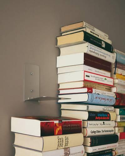 Bücherregal an der Wand