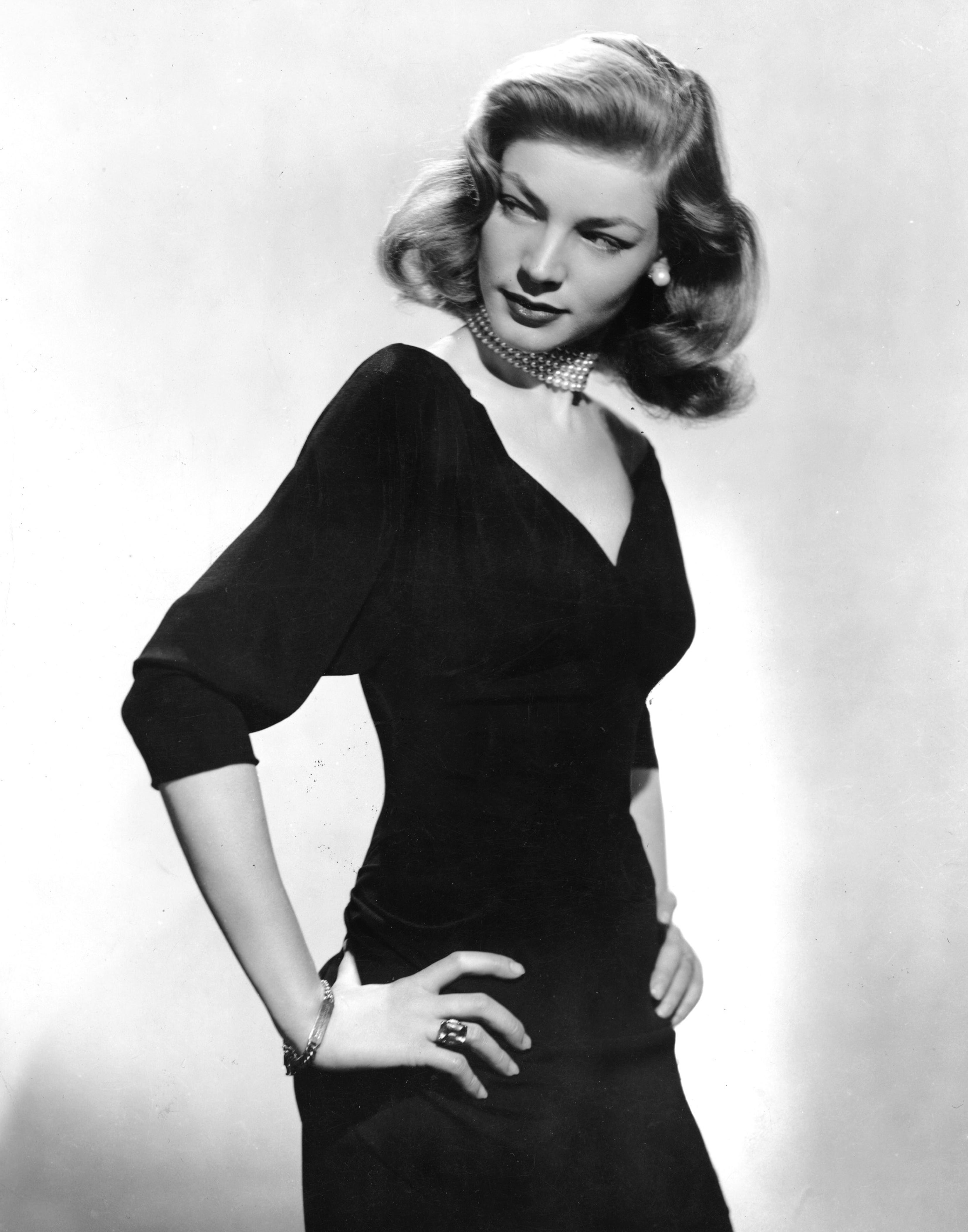 1945: Lauren Bacall im kleinen Schwarzen