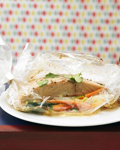 So ein Bratschlauch ist ungemein praktisch: einfach Fisch, Möhren, Zucchini, Paprika und Gewürze rein und ab in den Ofen. Das Aroma bleibt drin und alles gart schonend dem köstlichen Ende entgegen. Zum Rezept: Asia-Fisch aus dem Bratschlauch