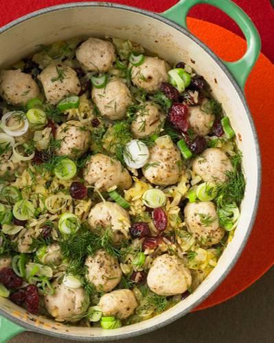 Aufregend anders: Hier treffen sich Reis, Wurstbrät, Orangensaft, Cranberries, Lauchzwiebeln und Dill im Ofen. Das Ergebnis: einfach köstlich! Zum Rezept: Frühlingsreis
