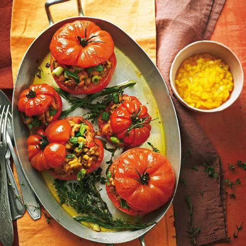 Statt Hack kommt Tempeh (aus Sojabohnen) in die Füllung. Kreiert hat dieses Gericht übrigens Vegan-Profi Nicole Just - wie sie es zubereitet, sehen Sie im Video unter www.brigitte.de/justvegan! Rezept: Tempeh-Tomaten mit Mango-Chili-Salsa