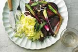 Skordaliá ist ein köstliches Geschenk der griechischen Küche: eine Creme aus zerdrückten Kartoffeln, Weißbrot, Milch, Olivenöl und viel Knoblauch - der auf Griechisch übrigens skórdo heißt. Zum Rezept: Junge Rote Bete, Lauchzwiebeln und Skordaliá