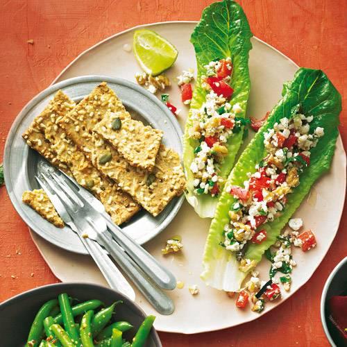 Minze, Oliven und Paprika fürs Mediterrane, Walnüsse fürs Knackige, und Hüttenkäse übernimmt den cremigen Part - toll als Snack oder Vorspeise! Rezept: Salatblätter mit körnigem Cheese-Spread
