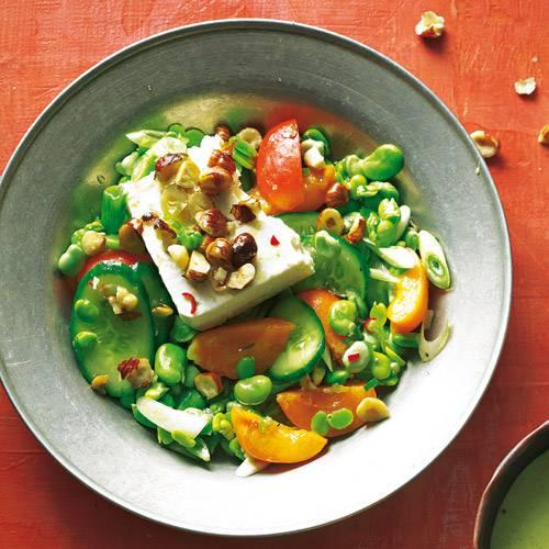 Der bunte Salat ist etwas süß, etwas scharf und extrem lecker. Rezept: Haselnuss-Käse mit dicken Bohnen und Aprikosen