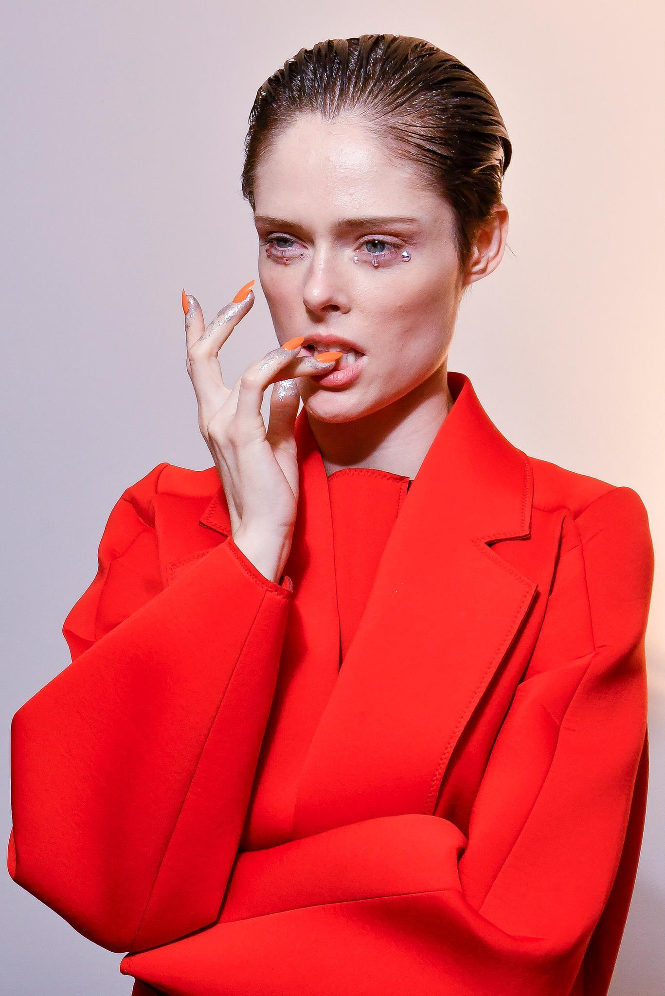 Modell mit orangenem Nagellack