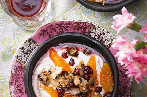 Fürs süß-saure-cremig-knusprige-sahnig-fruchtige Finale. Zum Rezept: Joghurt mit Granatapfel-Sesam-Krokant