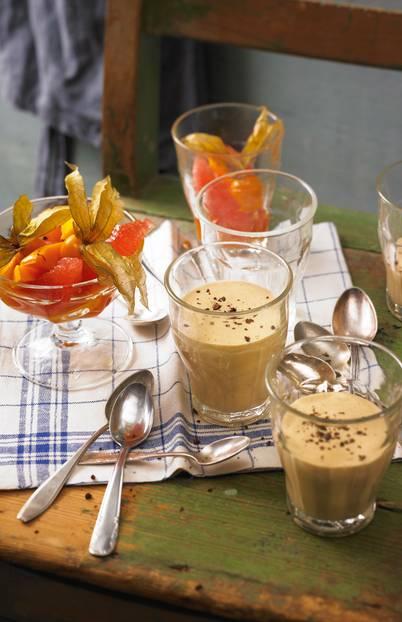 Super cremig, ganz klassisch mit Marsala ? und auch eine süße Bereicherung fürs Brunch-Buffet. Zum Rezept: Espresso-Zabaglione mit Obstsalat