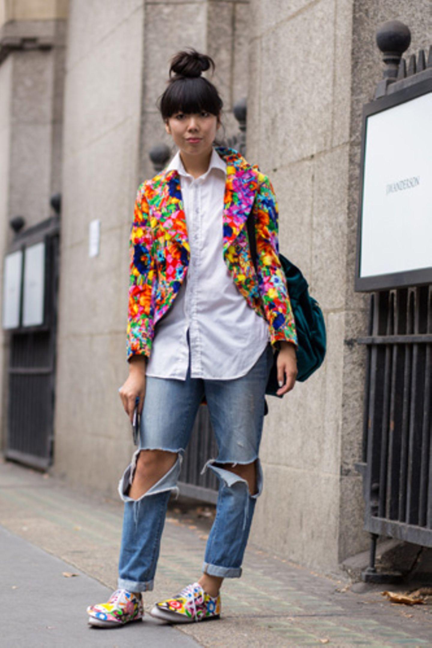 Womit wird Susie Bubbles uns diesmal überraschen? Die Streetstyle-Ikone bleibt dem Stilbruch treu und kombiniert in ihrer Heimatstadt London eine quietschebunte Musterjacke bzw. Halbschuhe zu (wirklich!) zerissenen Jeans und weißem Hemd.