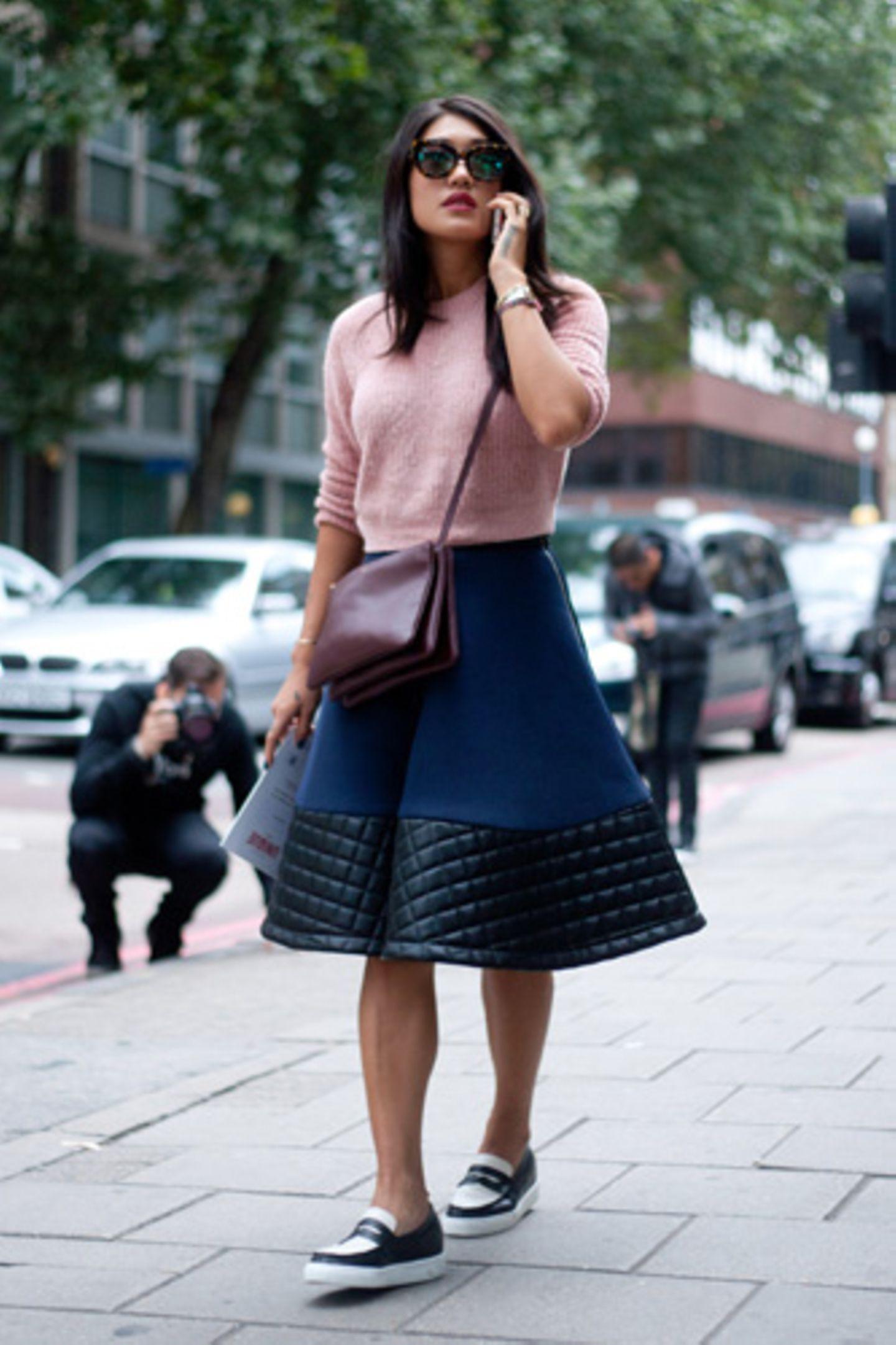Schön ausgestellte Röcke sind ein Figurschmeichler - knapp unter dem Knie endend kaschieren sie bei Bedarf jede kräftige Hüftpartie. Aus festem Neopren schwingt der Rock besonders gut!