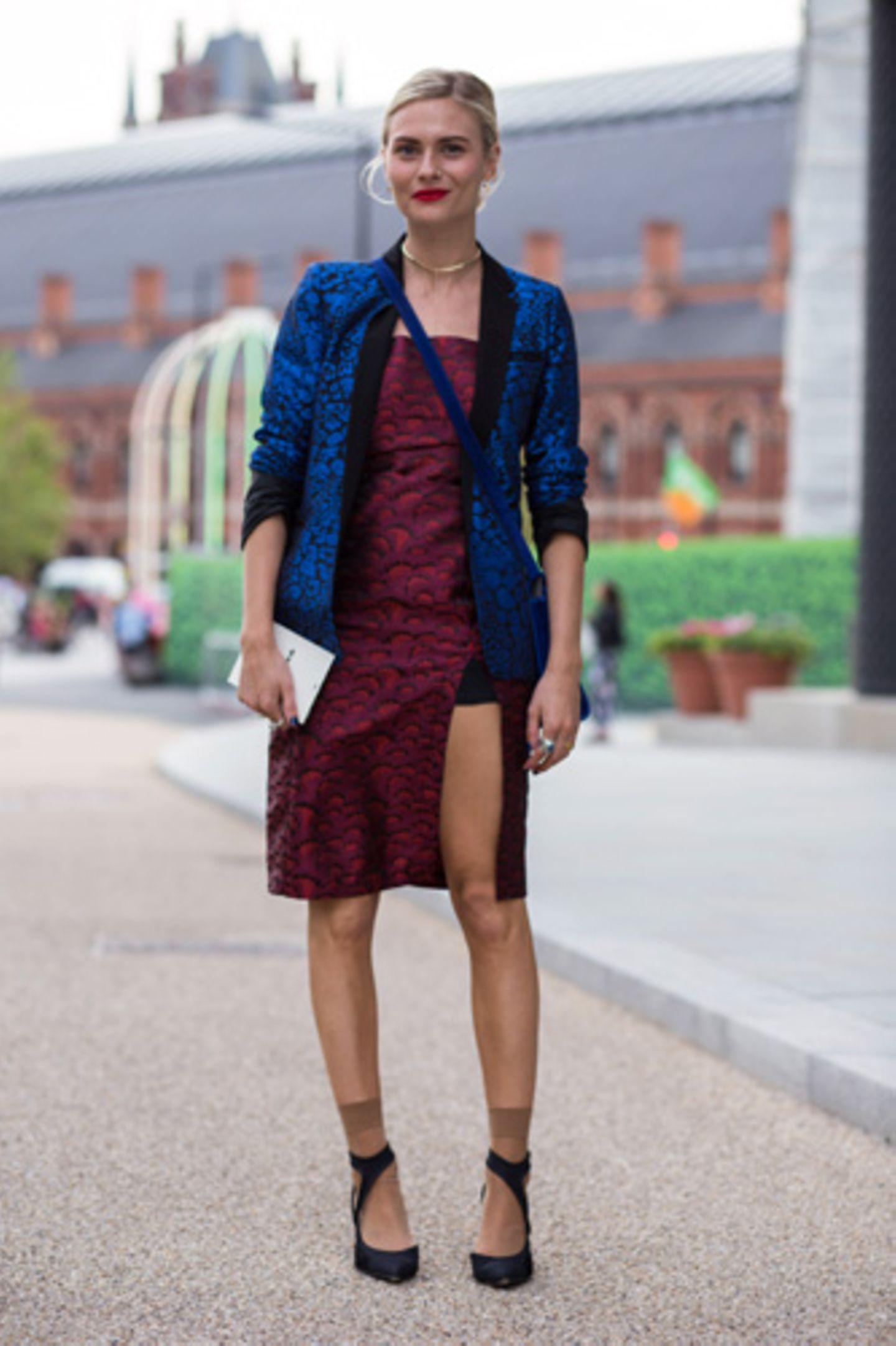 Beim Anblick dieser Kombi aus rubinrotem Kleid und saphirblauen Blazer bekommen wir fast ein bisschen Lust auf Weihnachten, so festlich ist das Outfit. Sind ja nur noch drei Monate ....