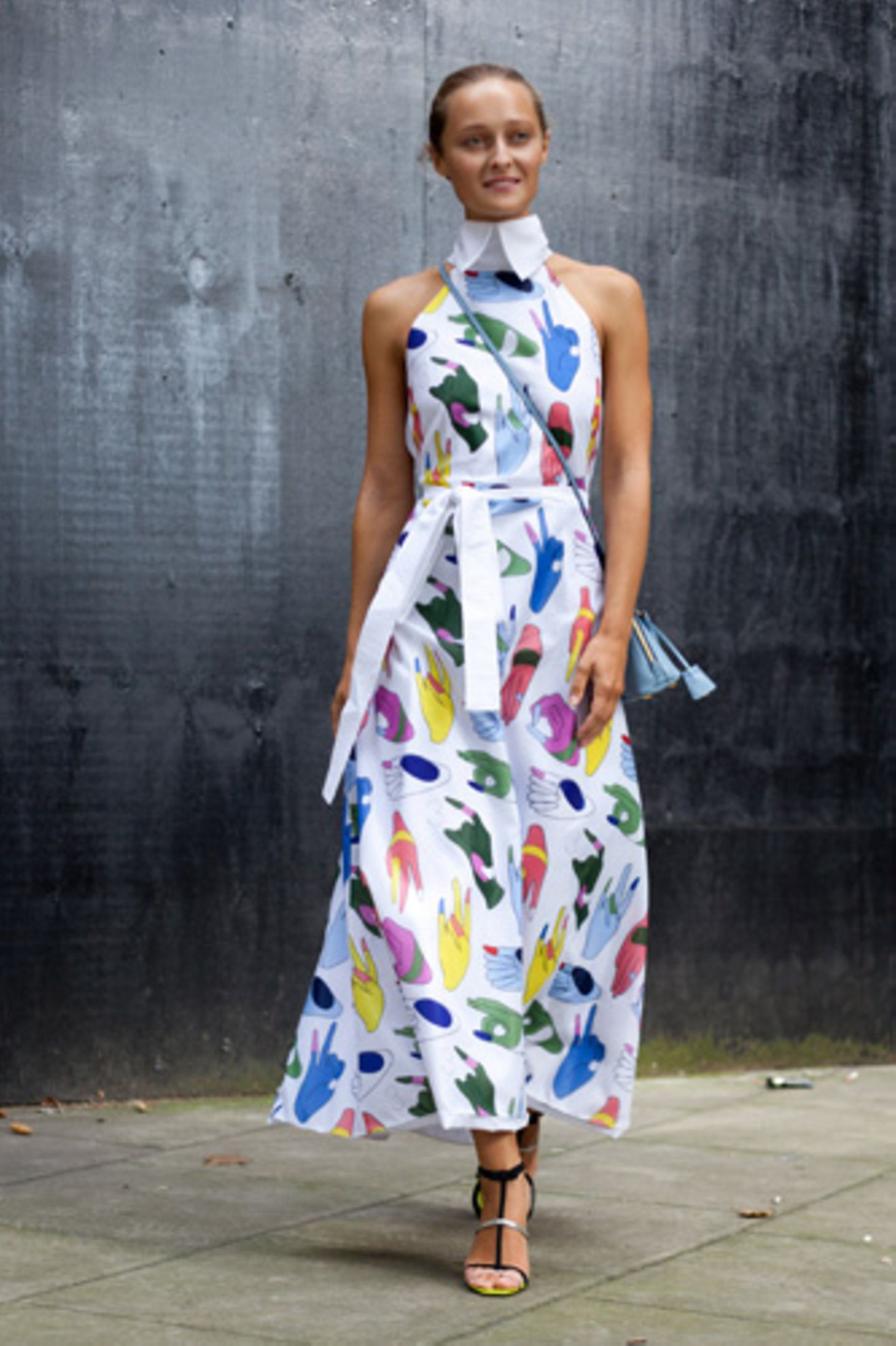 Ein Kleid mit Lerneffekt: Wer sich an dem tollen Schnitt, der markanten Kragenpartie und den kunterbunten Farben satt gesehen hat, kann sich im Fingeralphabet üben.