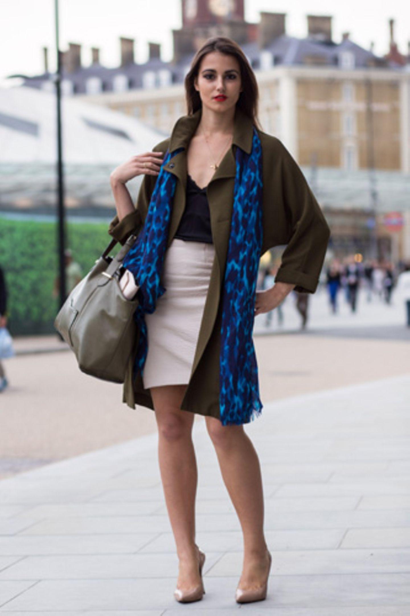 Diese Londonerin beweist: ein blauer Schal kann wahre Wunder wirken (und passt hervorragend zur Trendfarbe Moosgrün).