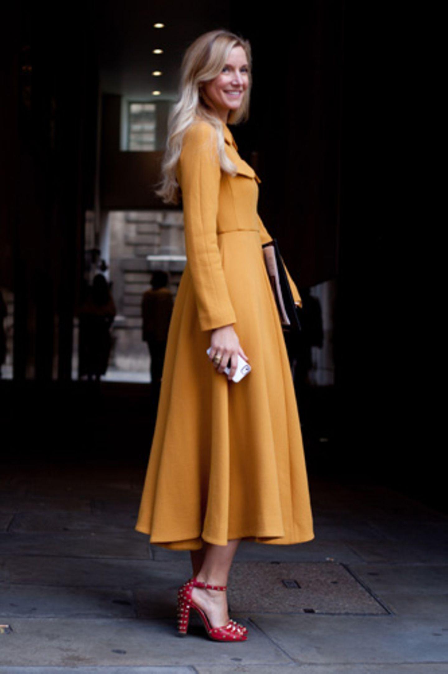 Ist das Senfgelb? Safrangelb? Oder Eigelb? Wir können es nicht ganz genau sagen, wir wissen nur, wir bauchen sofort einen gelben Mantel.