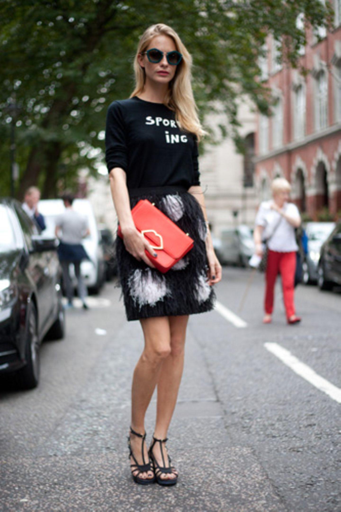 Irgendwo ist immer gerade Fashion Week? Stimmt fast genau! Während in Berlin, Kopenhagen, Stockholm, New York und London die Trends für den Sommer 2015 bereits gezeigt wurden, ist die Mailänder Modewoche gerade in vollem Gange. Das grande finale wiederum findet wie jede Saison in Paris statt - aber gemach, gemach. Wir werfen erstmal einen Blick zurück und schauen uns die wie immer tiptop angezogenen Modewochenbesucherinnen in New York und London an. Auf den Straßen des Big Apples verlieben wir uns in eine knallrote Kussmund-Tasche zum fedrigen Pünktchenrock und Sweater. Merke: Logo-Sweater erfreuen sich weiterhin großer Beliebtheit und werden einfach zu allem kombiniert.