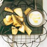 Wer sagt denn, dass Wedges immer aus Kartoffeln sein müssen? Auch Steckrüben verwandeln sich im Ofen zu knusprigen Teilchen. Dazu gibt's einen scharfen Sahne-Dip. Rezept: Steckrüben-Wedges mit Dip