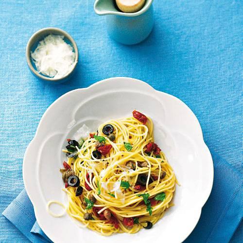 Spaghetti mit Oliven und Tomaten