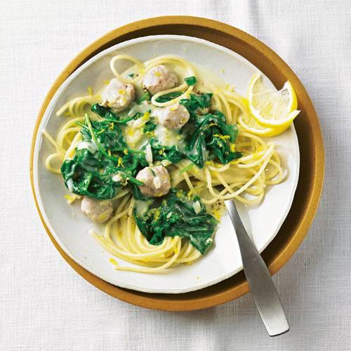 Spaghetti mit Wurstbällchen und Spinat