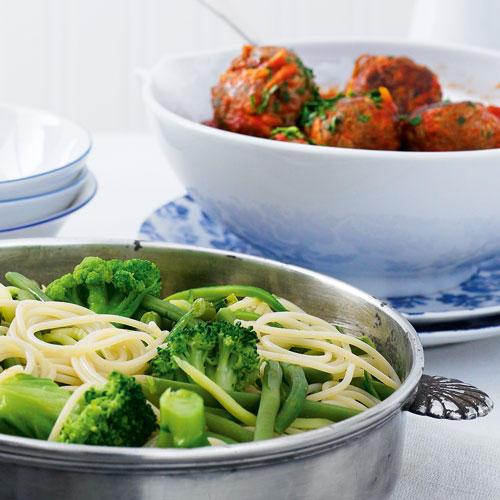 Gemüse-Spaghetti mit Hackbällchen