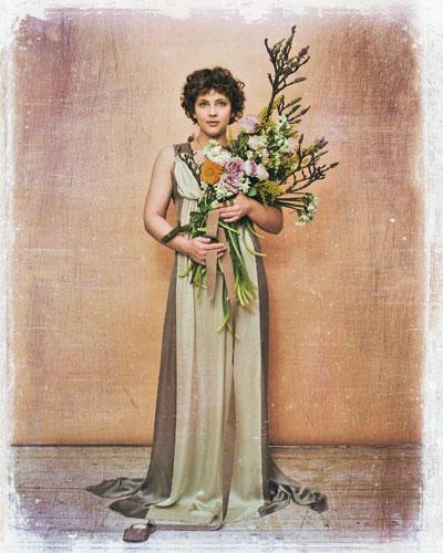 Gebinde aus Mimosen, Tazetten, Ranunkeln und Rosen