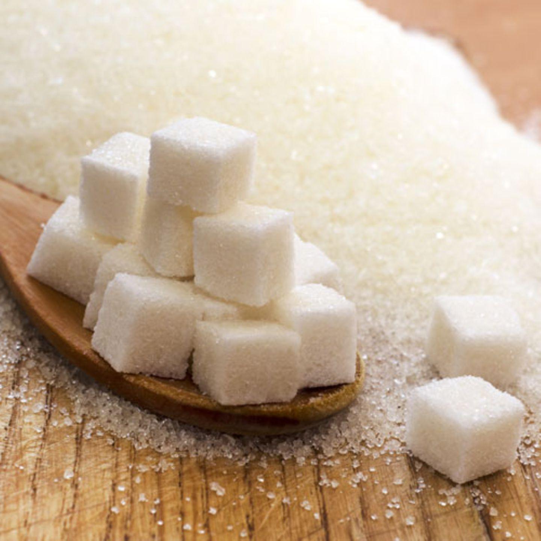 Wir können das Altern nicht aufhalten, aber wir können entscheiden, was wir essen und trinken. Die Rechnung ist simpel: Ernähren wir uns schlecht, geht es auch unserem Körper und unserer Haut schlecht. Im schlimmsten Fall macht uns ungesunde, einseitige Ernährung krank. Doch wo sollten wir besonders genau hinschauen? Diese 8 Lebensmittel lassen uns auf Dauer älter aussehen, als wir sind. Dass uns Zucker nicht so besonders gut tut, wissen wir. Aber er schlägt sich nicht nur gern auf der Waage nieder, sondern er sorgt auch für Falten. Essen wir zu viel Zucker - oder Kohlenhydrate, die sich schnell in Zucker umwandeln - durchflutet der Überschuss unseren Körper und lässt unseren Blutzucker in die Höhe schnellen. Zucker bindet sich aber auch an körpereigene Proteine wie Kollagen und Elastin, die unsere Haut straff und geschmeidig machen. Durch die sogenannte Glykation werden diese Proteine zerstört. Zucker versteckt sich in vielen Lebensmitteln - zum Beispiel auch in Cornflakes oder Tomatensauce. Im Zweifel immer auf die Nährstofftabelle schauen.
