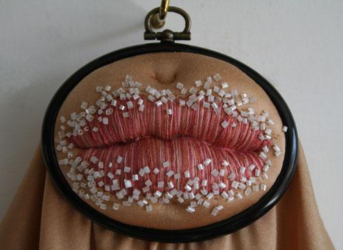"""Kunst: Zucker auf den Lippen: Diese Stickerei hat den Titel """"Sugar Lips""""."""